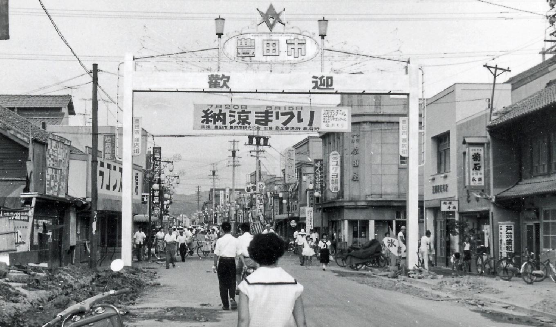 コモ・スクエア  豊田市のゲートと駅前