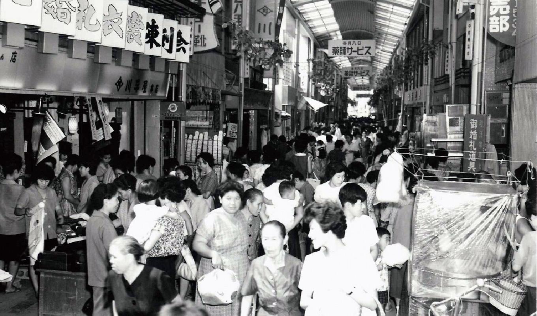 コモ・スクエア  桜町アーケードの賑わい